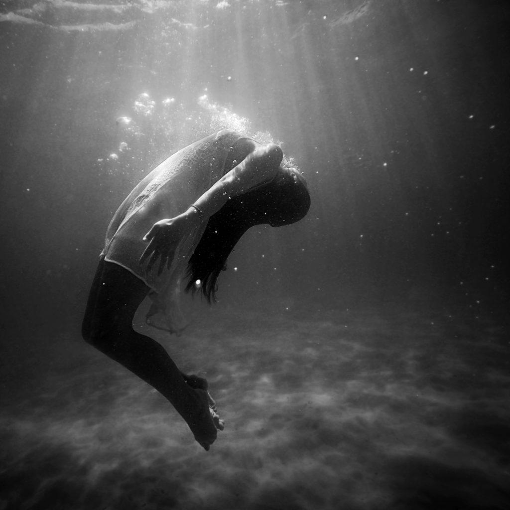 Femme sous l eau en noir et blanc