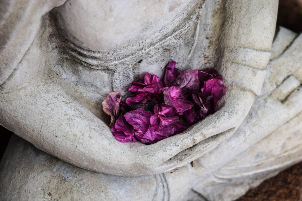 Fleures dans les mains d'une statue