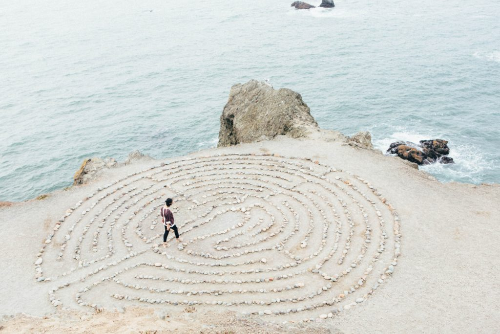 Homme vu de haut marchant dans un cercle spirituel