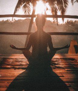 Femme en pleine méditation