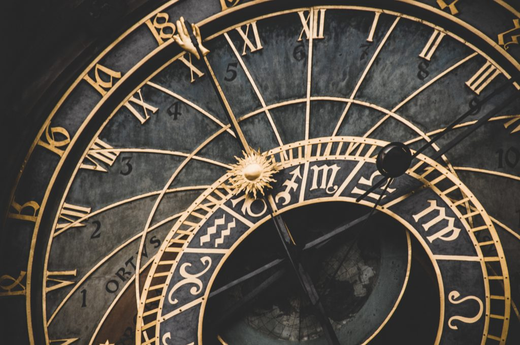 Horloge ancienne signifiant une heure miroir