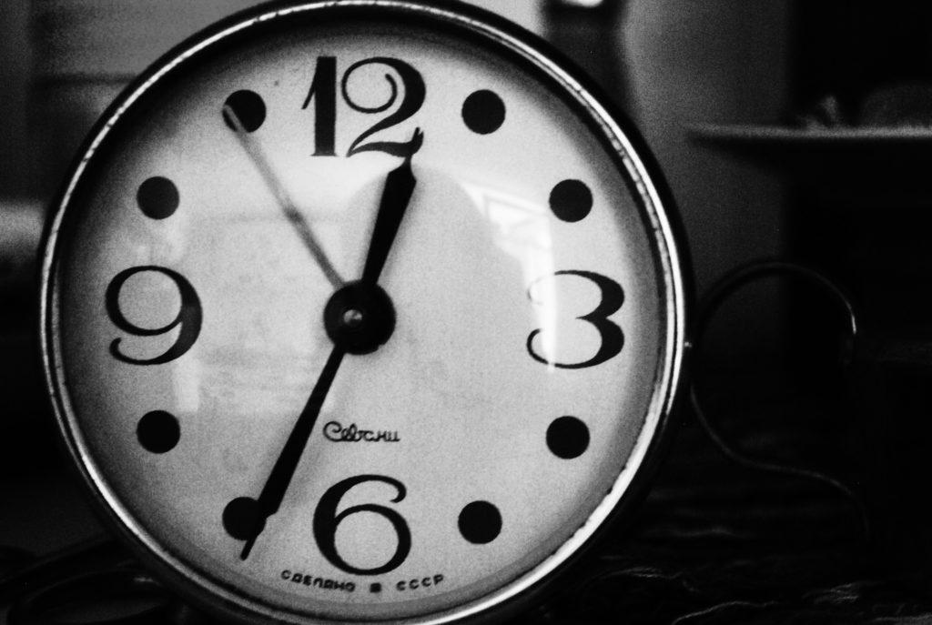 Montre indiquant l'heure en noir et blanc